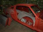 1968 ford mustangi kere krunditud ja ootab pleksepa juurde viimist