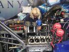 naine taob TF mootorissse kolbe sisse